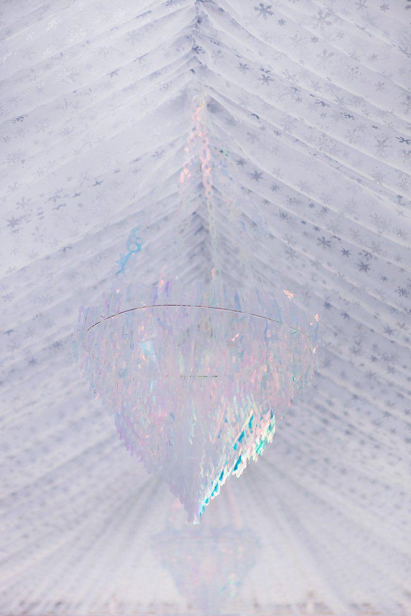 Transforme o salão com rebaixamento de teto com tecido e magnífico chandelier.