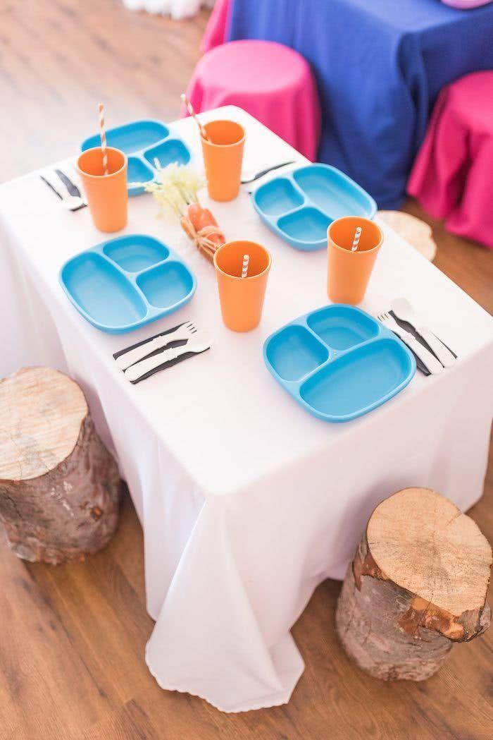Aposte em uma decoração distinta para cada mesa.