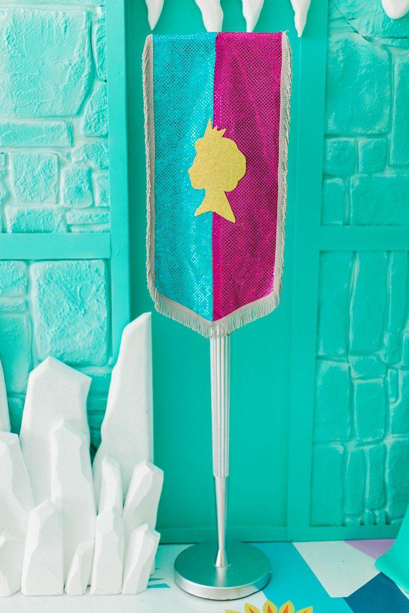 A flâmula representa a cerimônia de coroação da personagem Elsa.