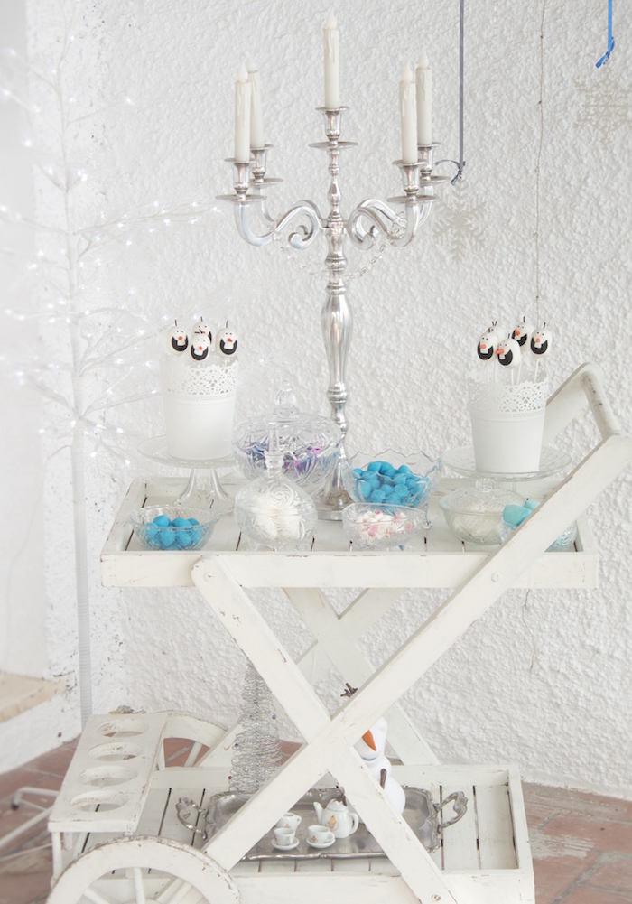 Que tal uma mesa de doces estilo self service?