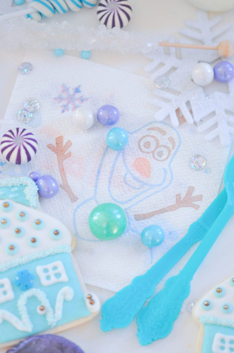 spalhe pérolas, miçangas e strass sobre a mesa para reproduzir cristais de gelo.