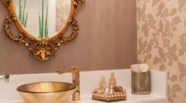 Banheiros com metais e detalhes dourados
