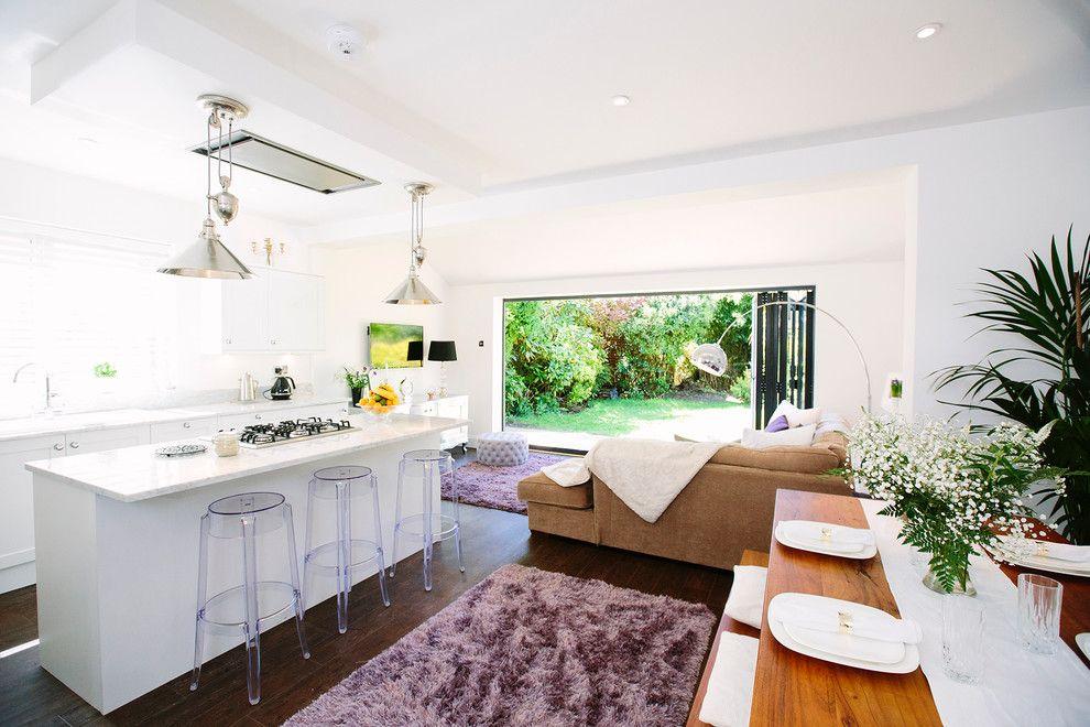 um projeto com ampla iluminao natural conecta a sala de estar a cozinha sem separao de paredes a mesa de jantar tambm esta prxima ento todos podem