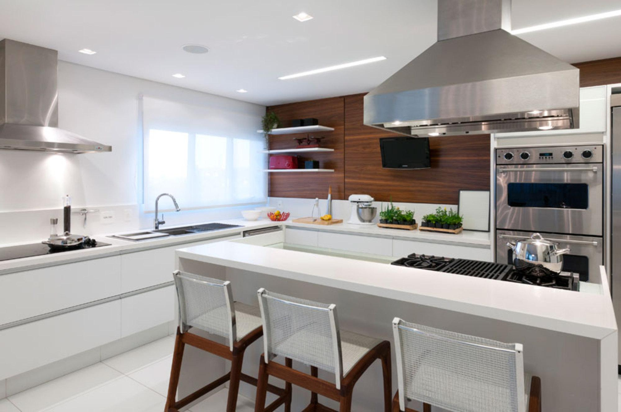 Imagem 24 – A cozinha ganhou até um espaço para embutir a TV. #634030 2000x1329