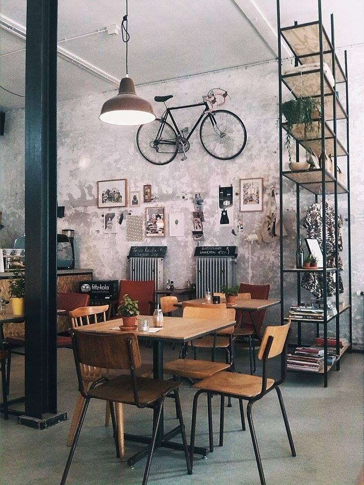 A bicicleta pendurada deu todo o charme para essa parede.