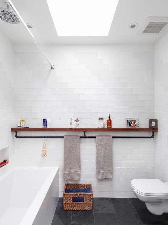 Banheiro com uma porta toalhas diferente
