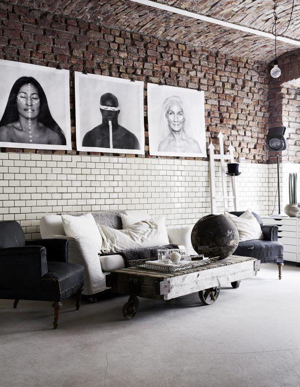 Mix de materiais revestem a parede da sala de estar