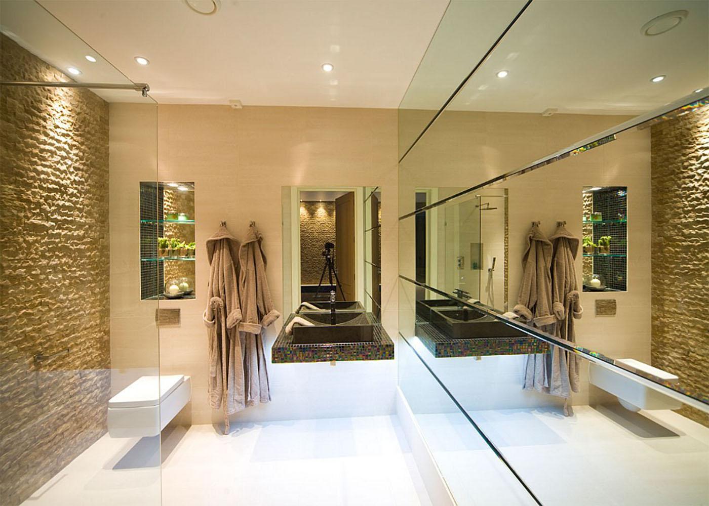 Imagem 54 – No banheiro ele reveste a parede inteira. #624A20 1400x1000 Balança De Banheiro Quanto Custa
