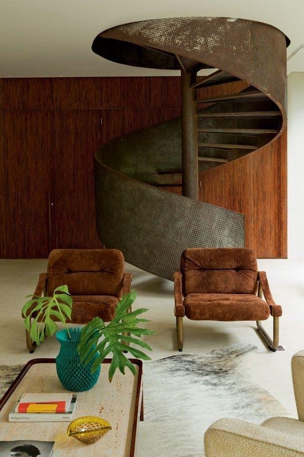 A escada é o toque especial para essa sala