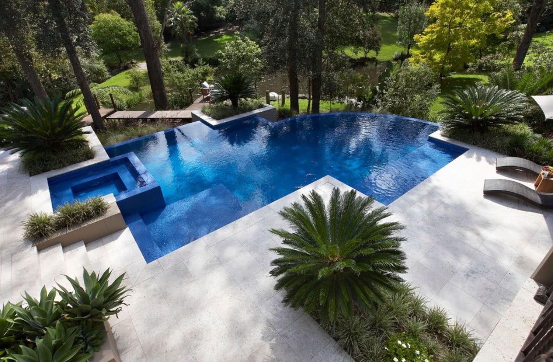 O desenho da piscina permite o melhor aproveitamento do visual do terreno.