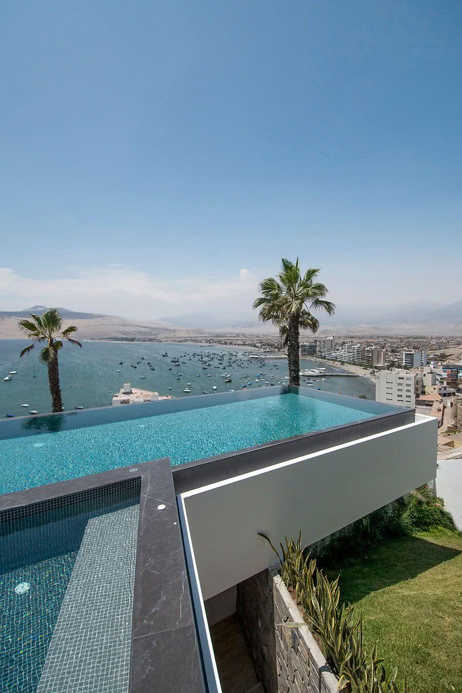 A impressão de que a piscina está em balanço garante um visual melhor da paisagem