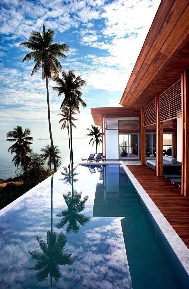 Com as portas deslizantes na fachada, a casa se abre para área da piscina, a fim de complementar sua arquitetura