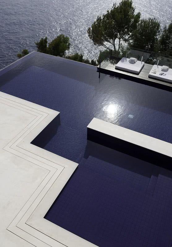 A água que transborda da piscina aumenta a sensação de amplitude e se conecta com a natureza