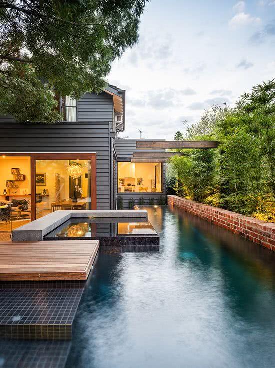 O paisagismo da residência garantiu privacidade e aconchego