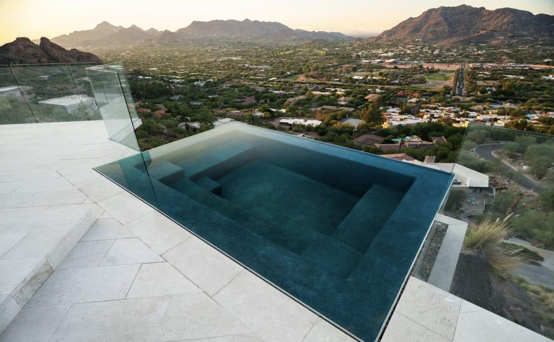 A piscina pode contar com assentos internos para melhor relaxamento