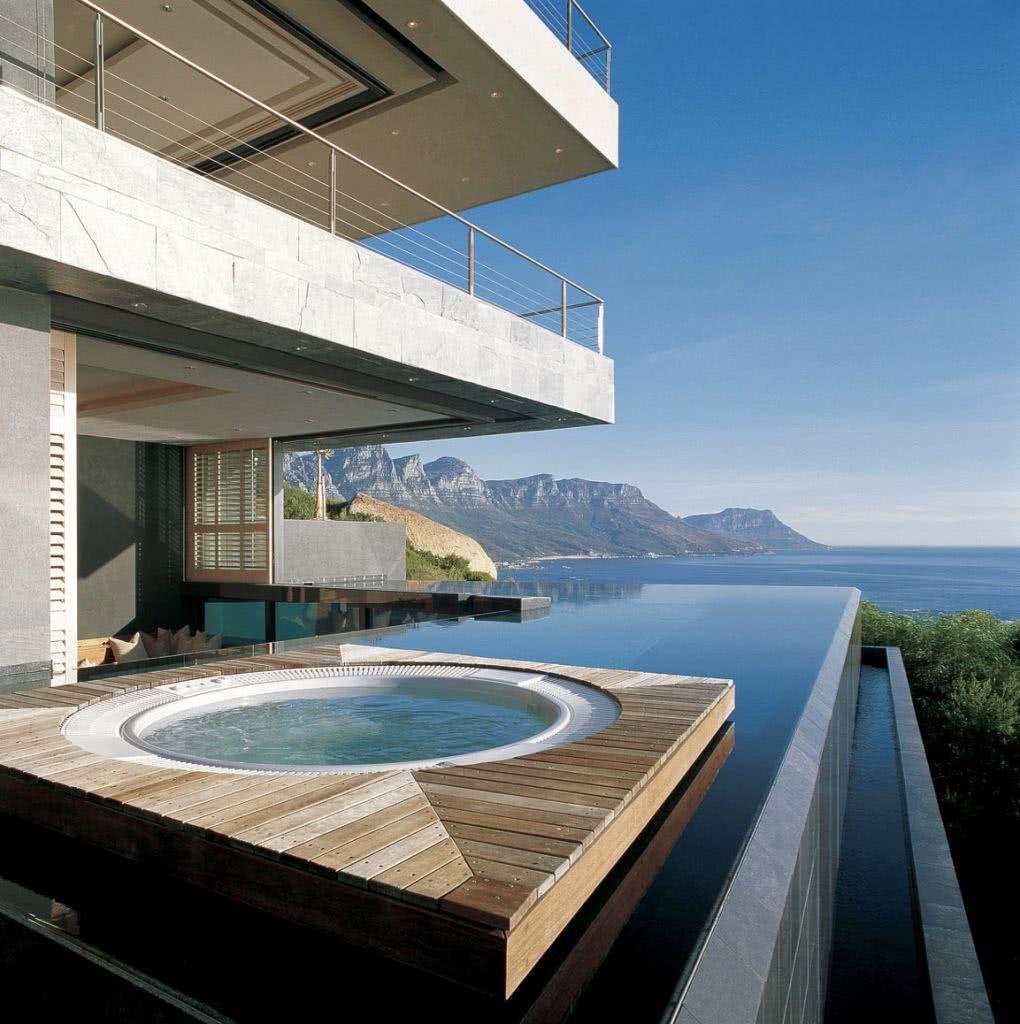 Deixe o espaço mais aconchegante com a piscina e a jacuzzi ocupando o mesmo local
