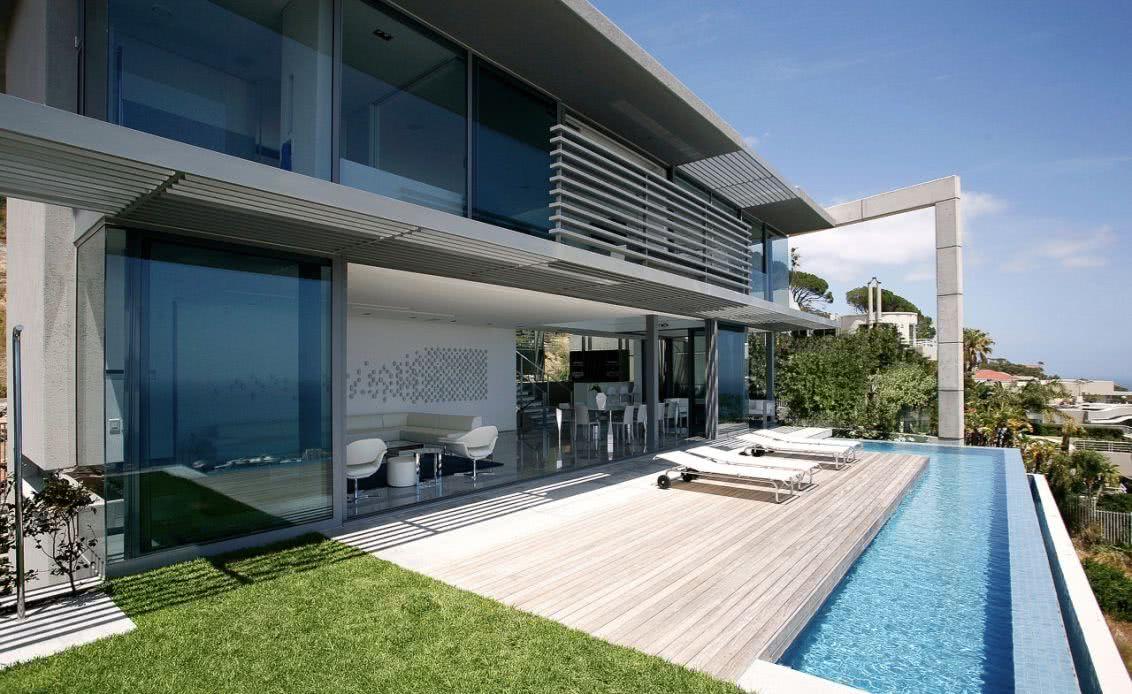 Varanda residencial com piscina com borda infinita