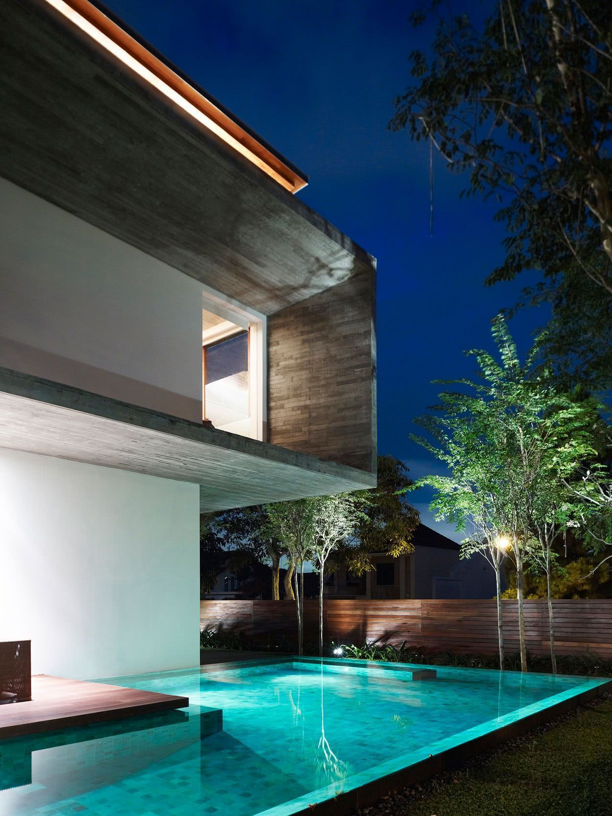 A piscina em um terreno plano tem uma proposta diferente para a arquitetura.