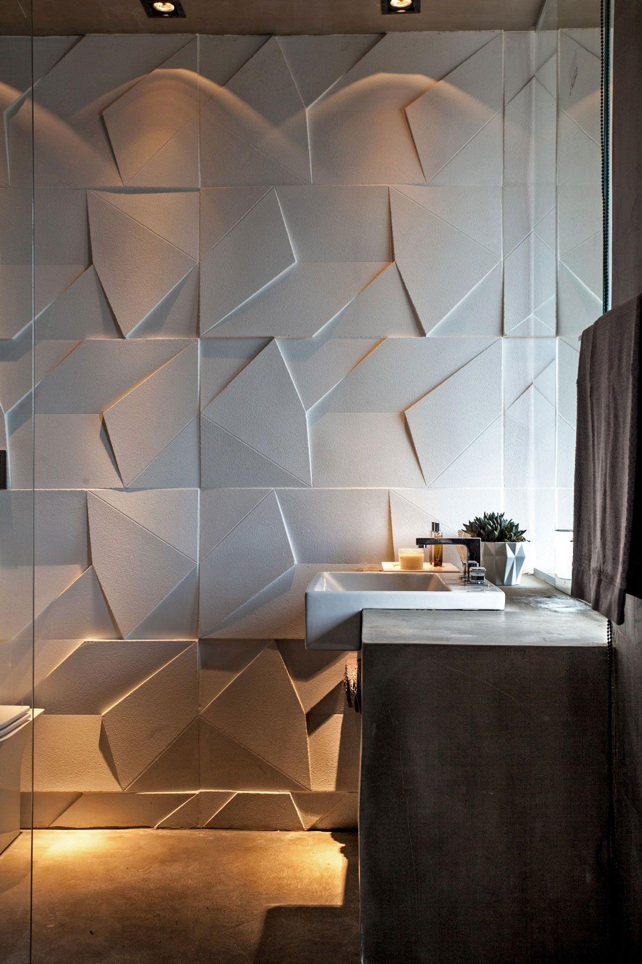 Os revestimento tridimensionais levam movimento à parede do banheiro.