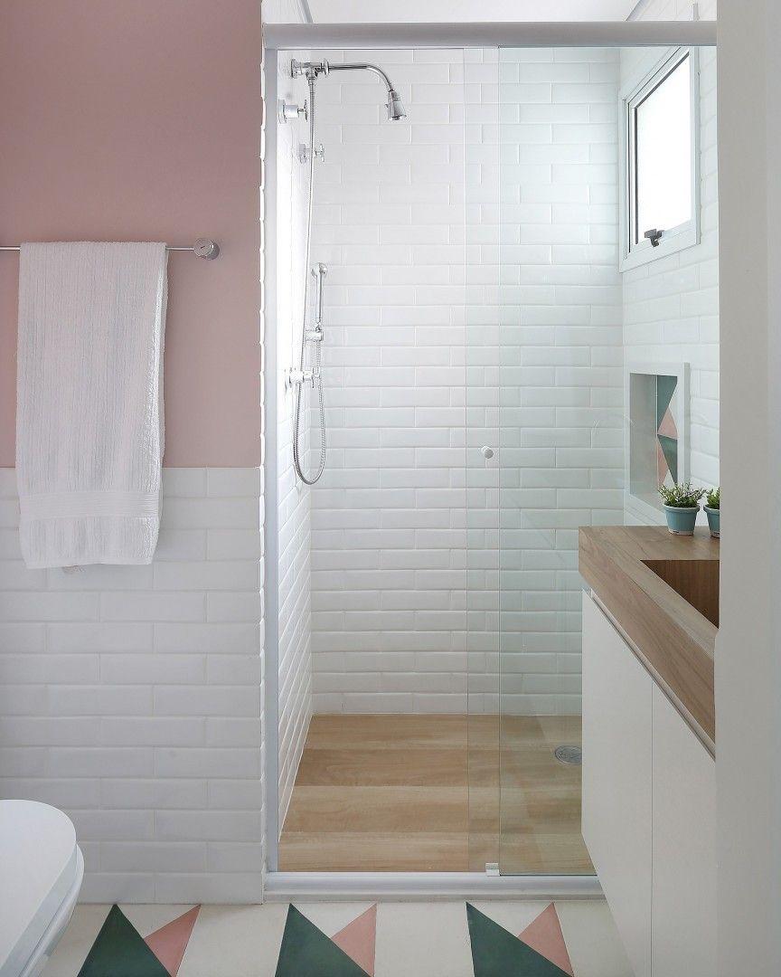 Banheiro moderno com decoração rosa.
