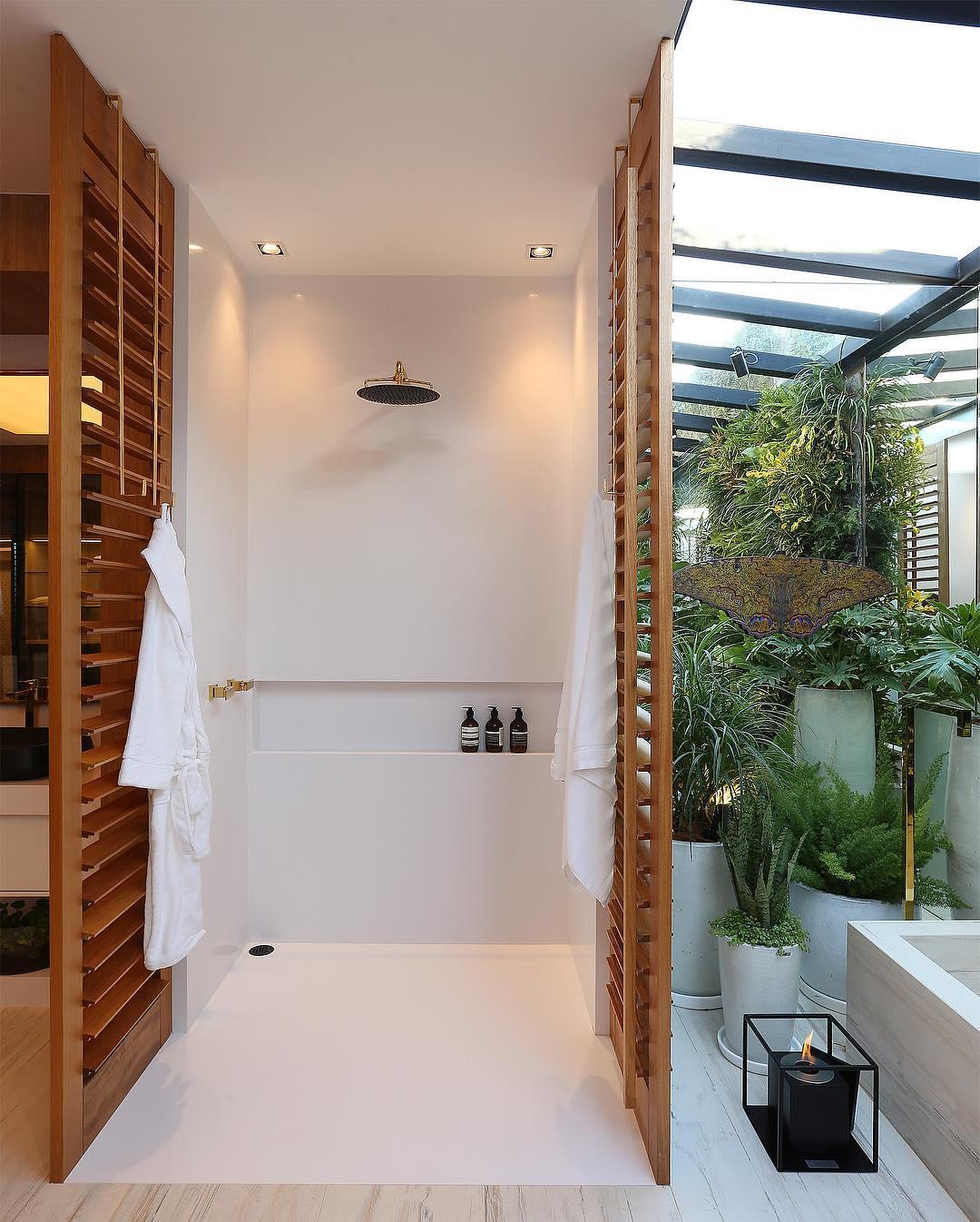 Banheiro moderno com ligação com a natureza.