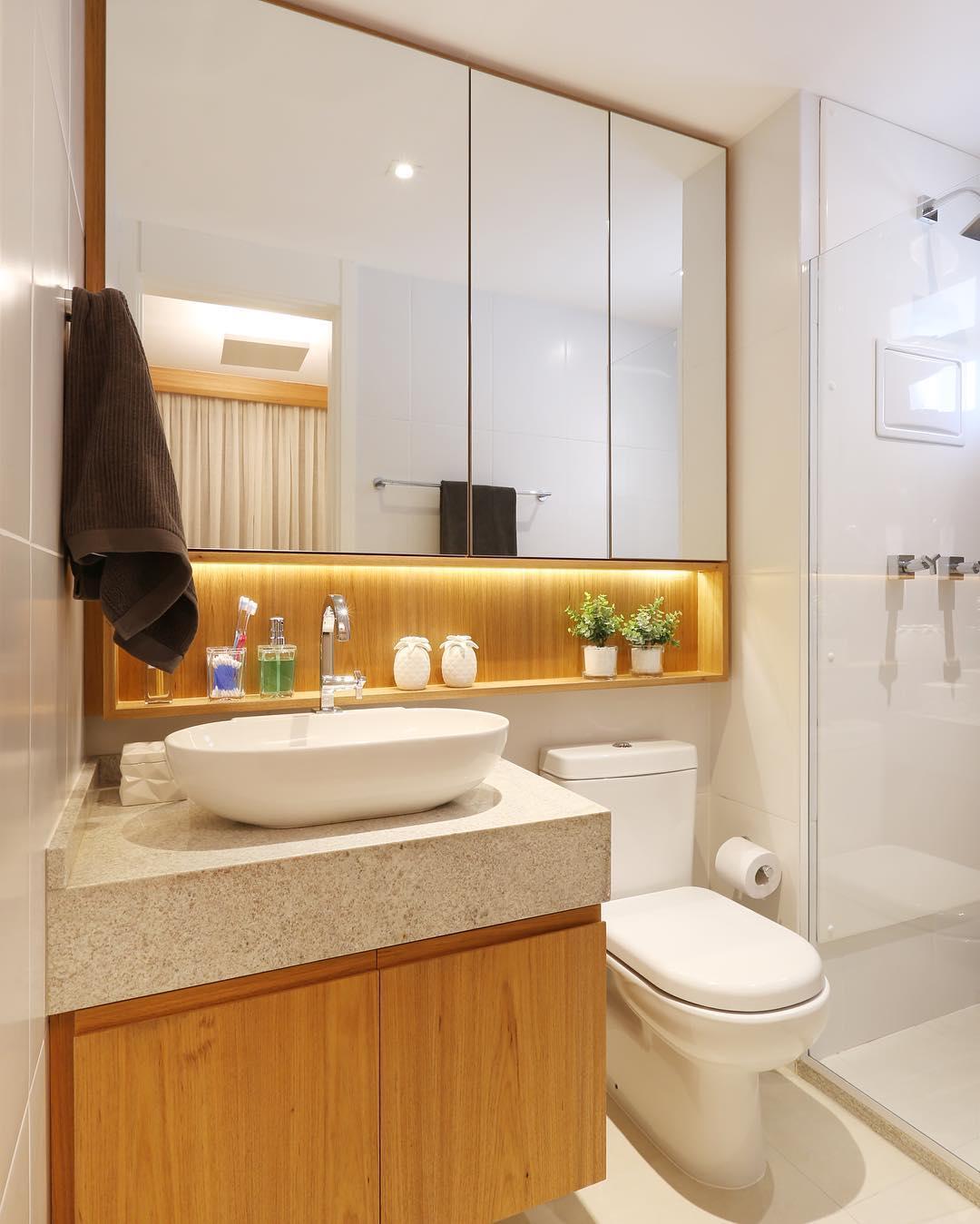 Banheiro com predominância de madeira.