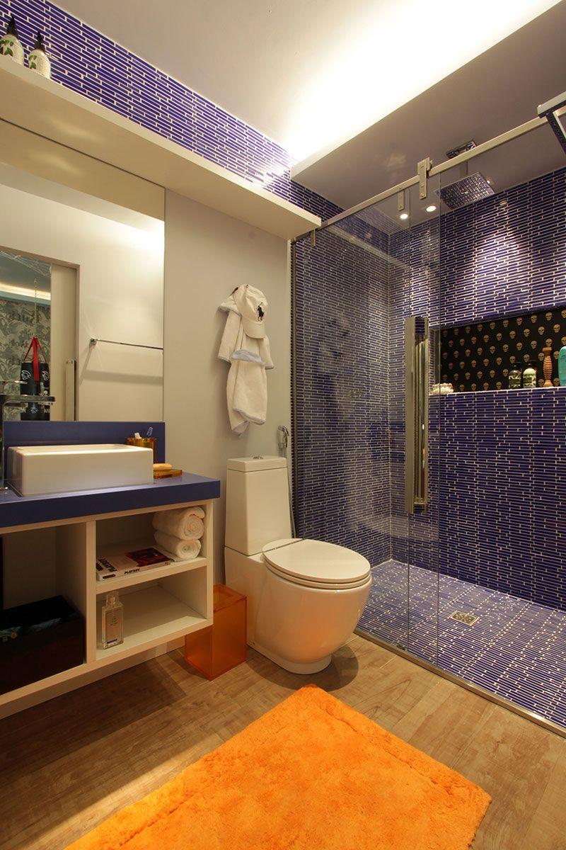 Banheiro moderno com decoração azul.
