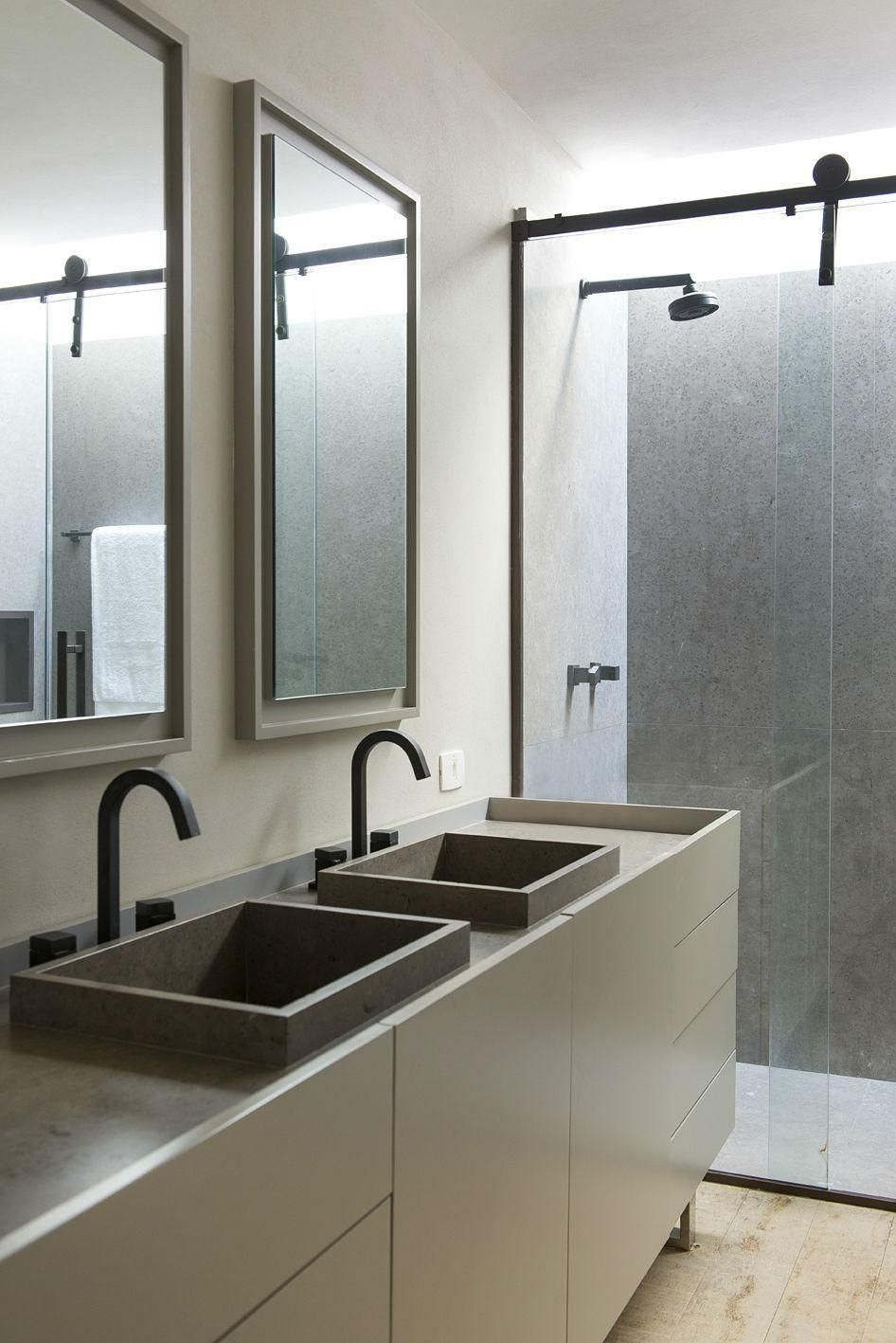 Equipamentos sanitários escuros são outra tendência na decoração.