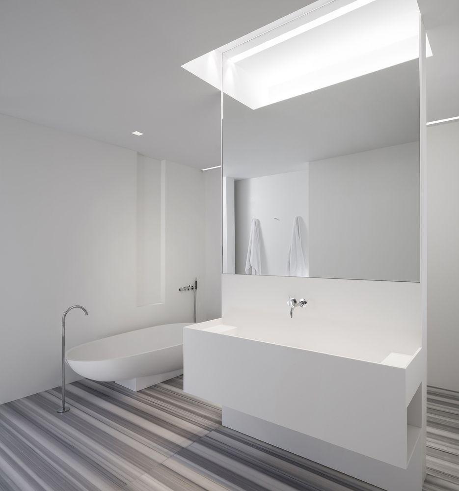 O minimalismo também se encaixa no conceito de um banheiro moderno.
