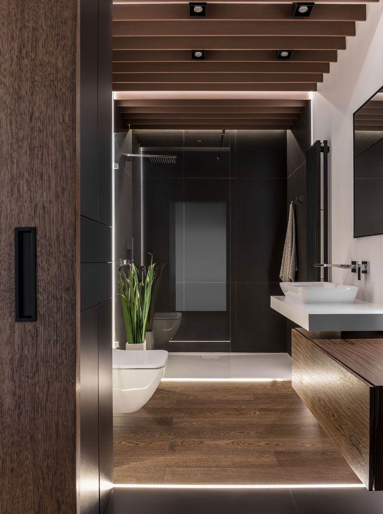 Banheiro moderno com decoração escura.