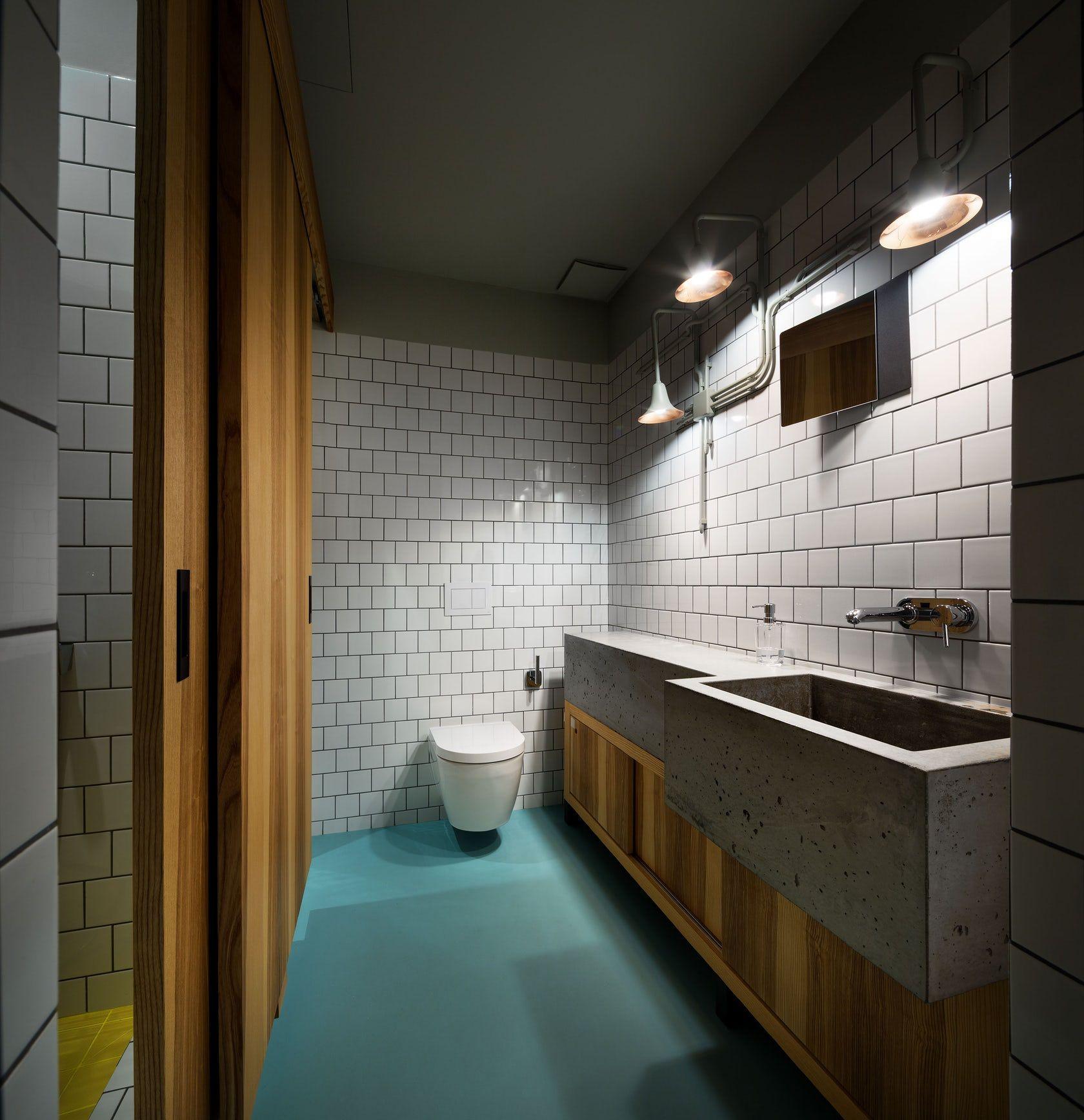 Banheiro moderno com um toque jovial.