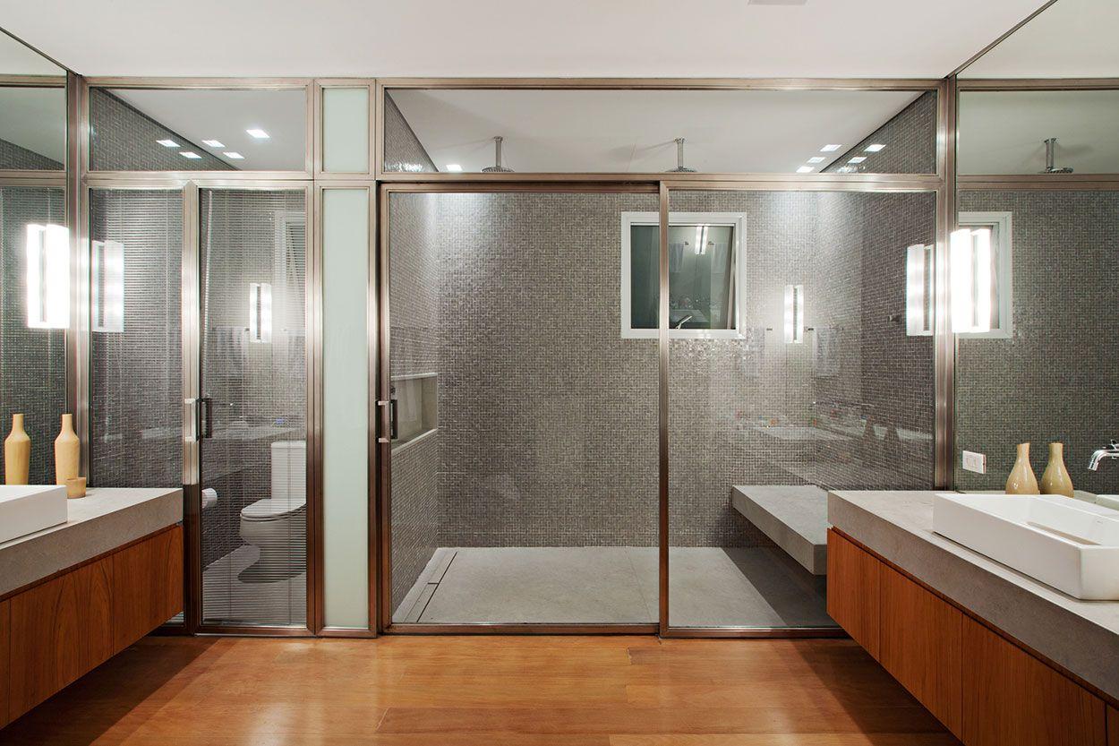 Portas de vidro levam modernidade ao banheiro.