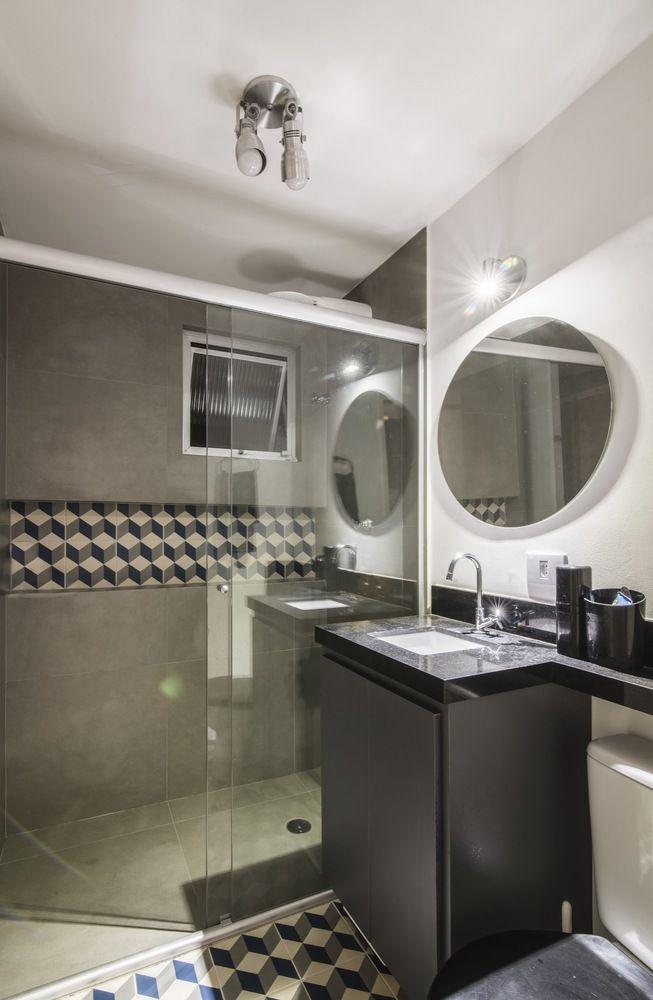 Banheiro com revestimento geométricos.