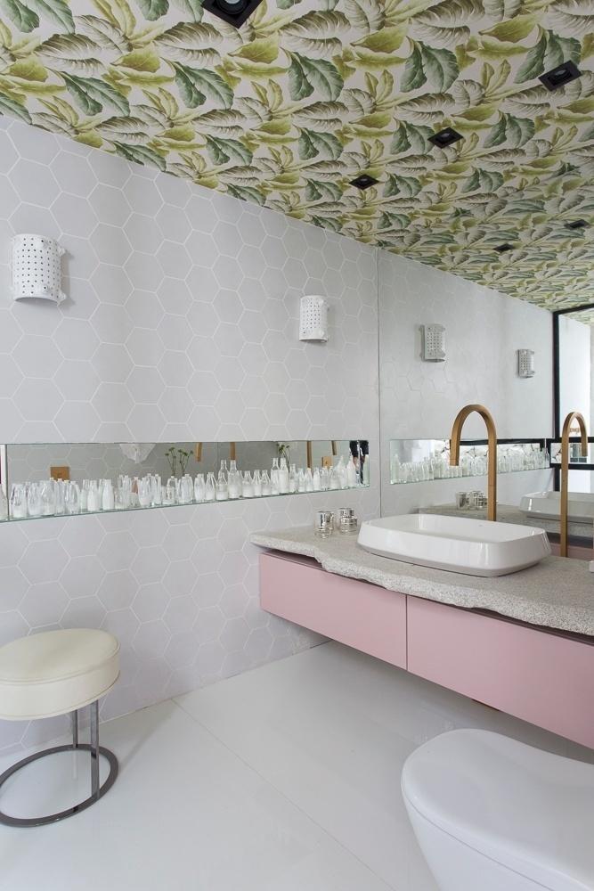 Banheiro moderno com toque feminino.