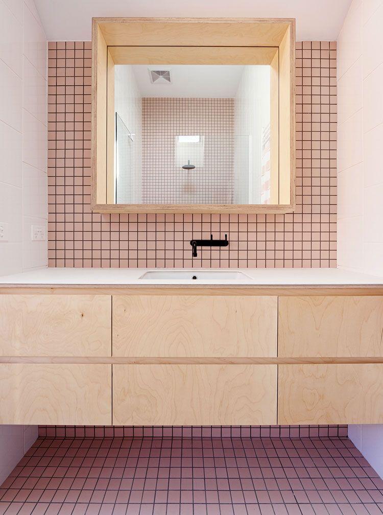 Banheiro com pastilhas rosa.
