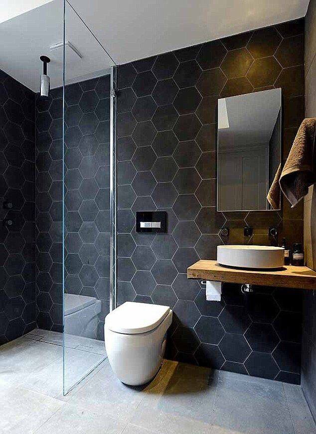O azulejo preto levou modernidade ao banheiro.