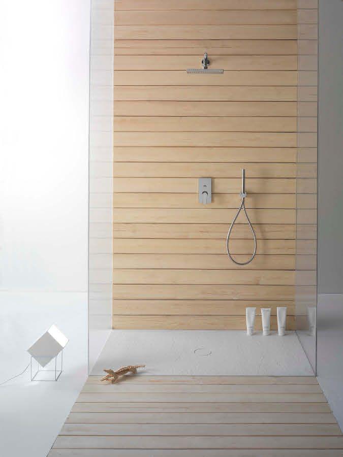 O uso da madeira deu aconchego ao banheiro.