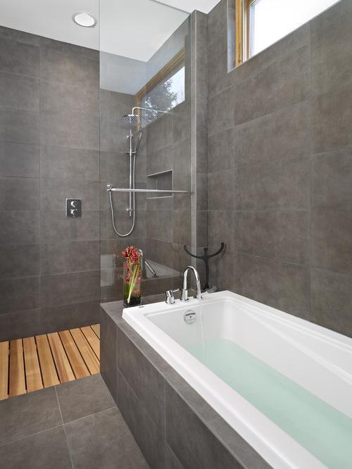 Banheiro moderno com banheira.