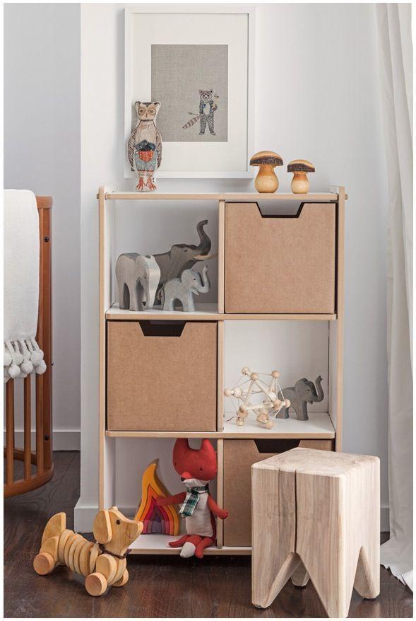Com caixas para ajudar na organização dos brinquedos ou roupas