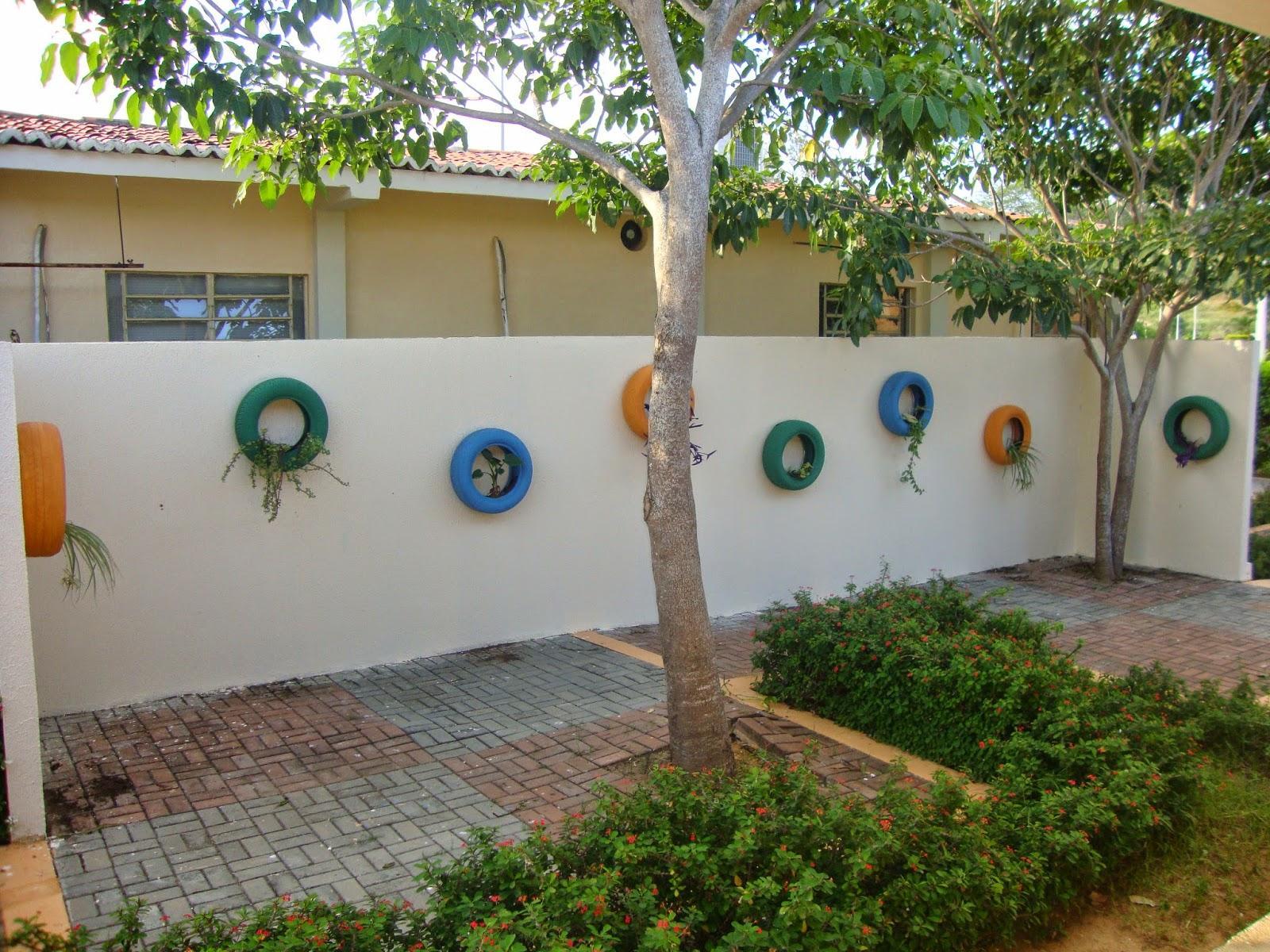 50 jardins com pneus fotos lindas e inspiradoras - Paredes de patios decoradas ...