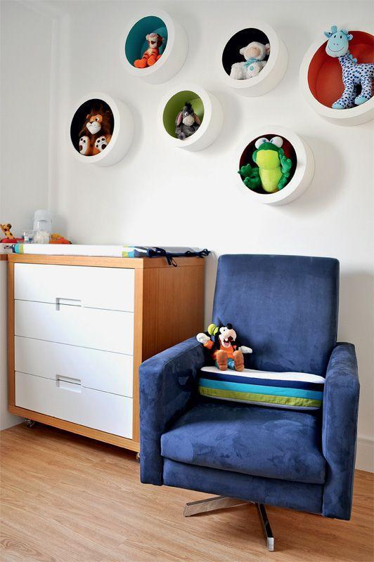O fundo colorido ajuda a dar o ar mais infantil no quarto