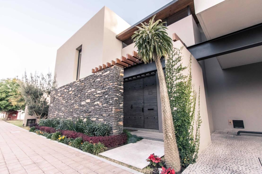 60 modelos de muros residenciais fachadas fotos e dicas for Materiales para patios exteriores
