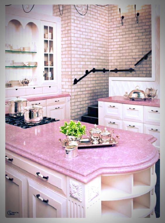 Bancada de pedra com tonalidade rosa