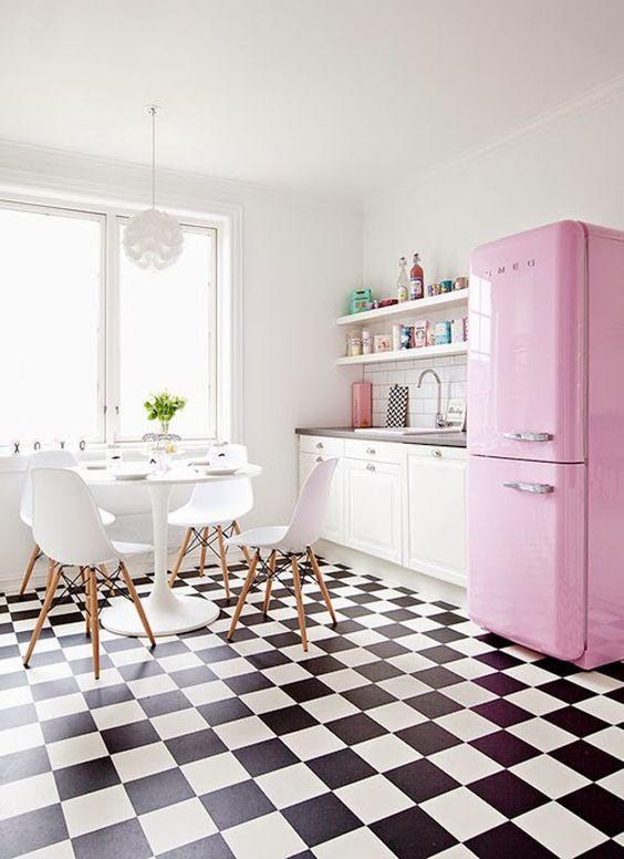 A geladeira rosa deu o toque especial para a cozinha