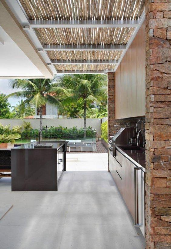 A cobertura em bambu ajuda a criar o clima ideal para área externa