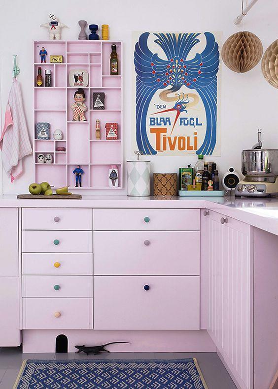 Os puxadores coloridos deram um ar alegre a cozinha