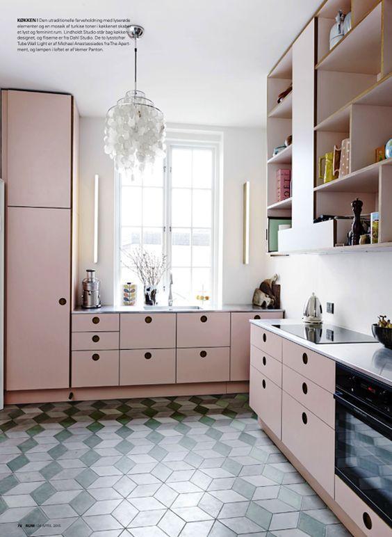 O ar de retro da cozinha se deu pela tonalidade do rosa