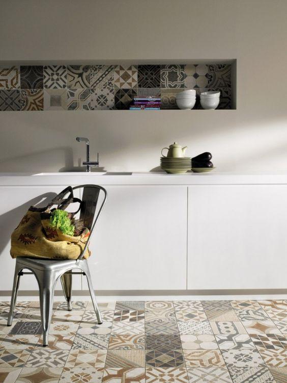 O ladrilho hidráulico foi o destaque dessa cozinha branca