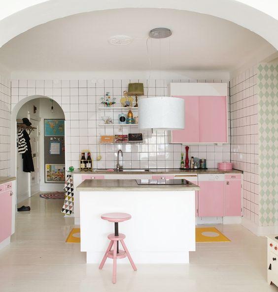 As portas dos armários levaram o rosa claro para compor a cozinha