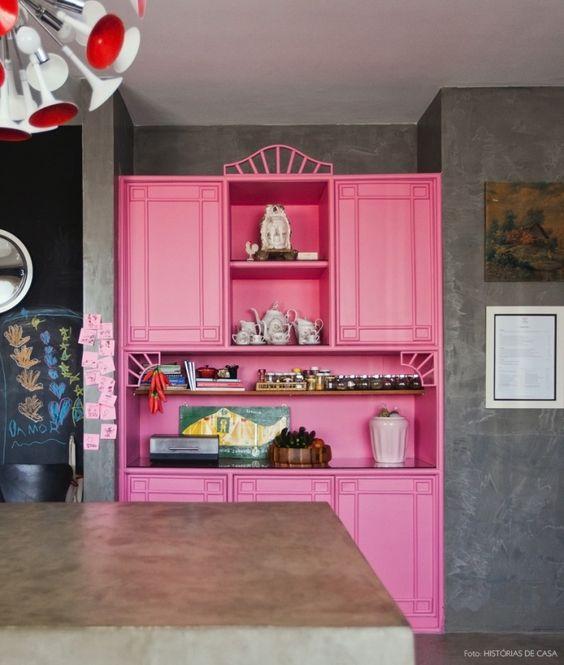 O móvel rosa é o centro da cozinha